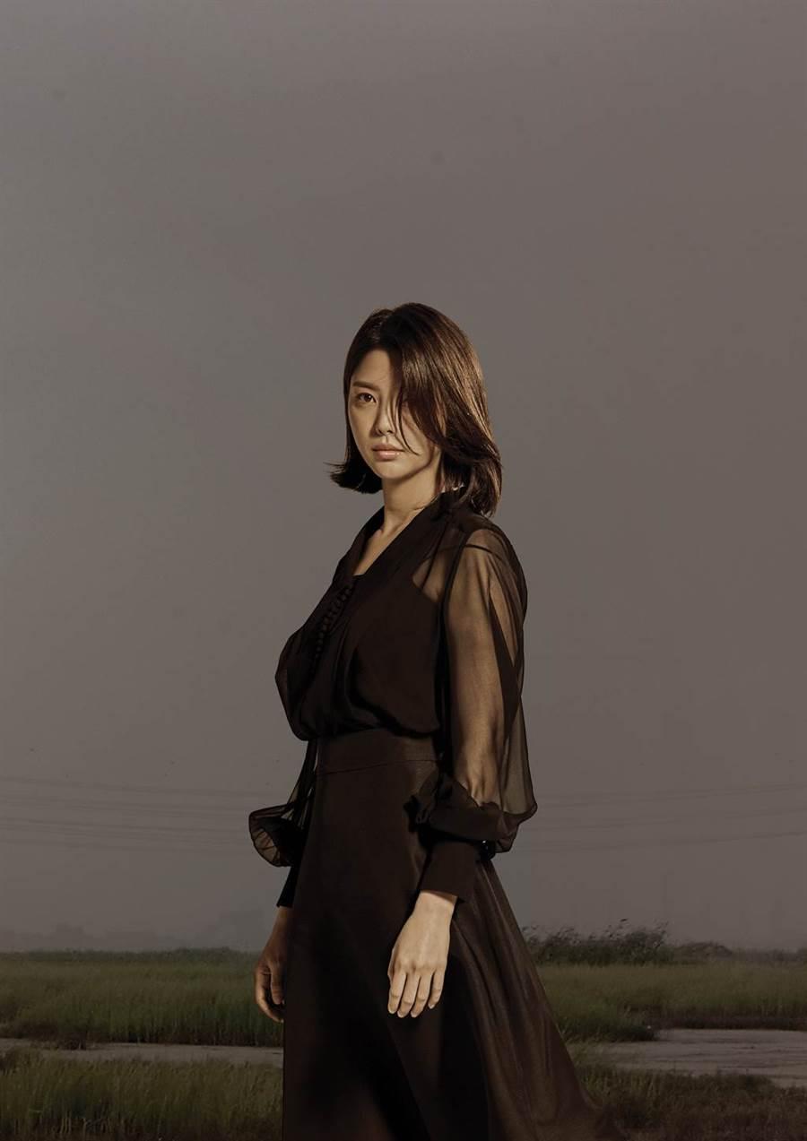 嚴賢璟飾演「何妍珠」。