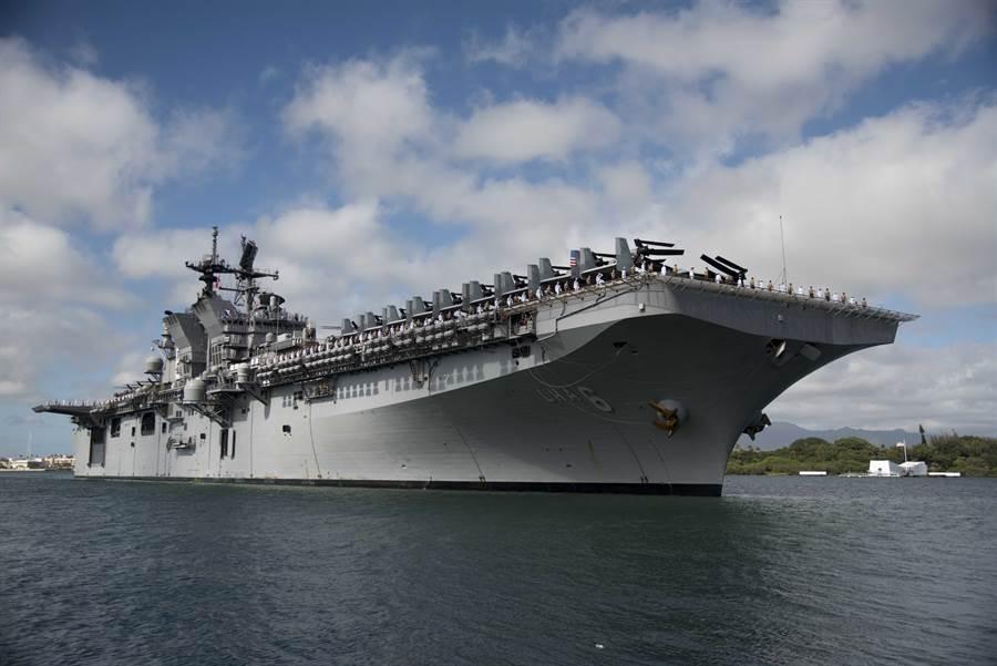 中共近年為應對南海與台海的作戰需求,積極發展兩棲登陸戰力。目前正在積極建造的075兩棲攻擊艦就是以圖中美國海軍的美國級兩棲攻擊艦為學習目標。(圖/美國海軍)