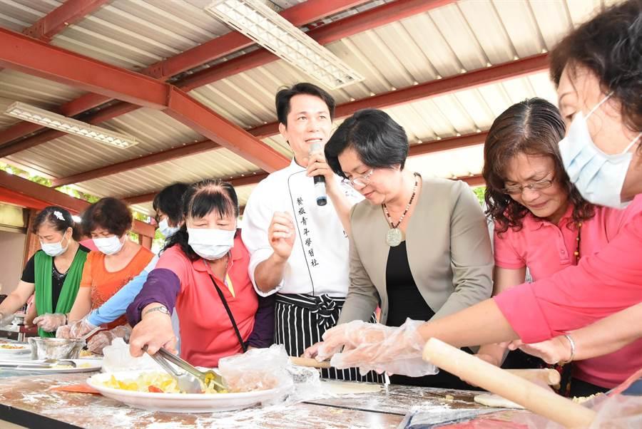 彰化縣長王惠美(右2)與長者們一起製作手工披薩。(謝瓊雲攝)