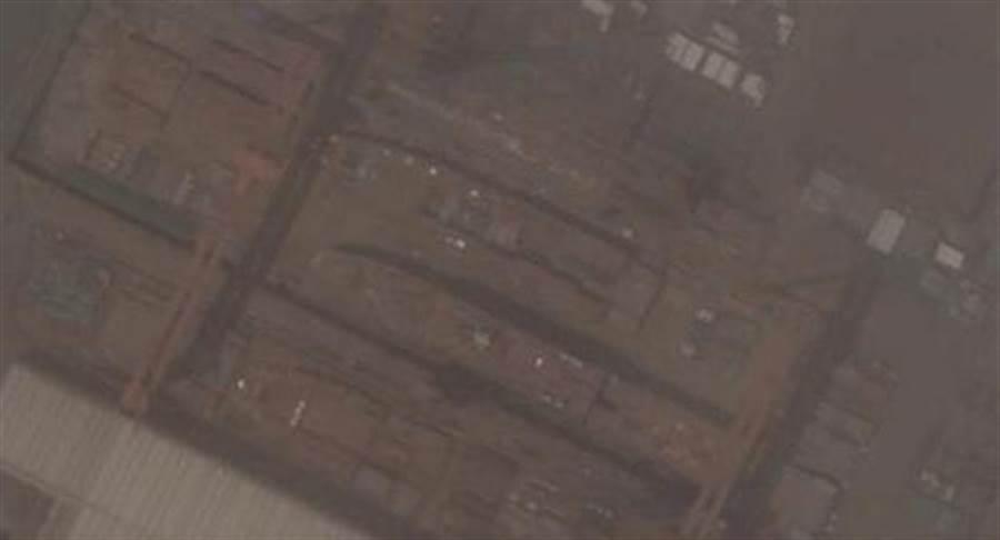 在上海滬東造船廠建造的首艘075兩棲攻擊艦。照片顯示艦體分段正在進行合攏。(圖/網路)