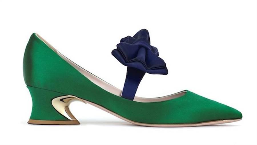 Roger Vivier Courbette蝴蝶結光面緞跟鞋,內側呈弧形的雙色粗跟是其特色,3萬7000元。(Roger Vivier 提供)