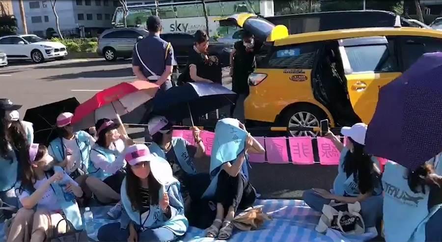罷工首日拒飛空服組員自行搭計程車由桃園機場回到長榮航空桃園南崁總部,還受到現場罷工組員英雄式歡呼,甚至這些根本沒有執勤的空服員,還宣稱是執勤結束後參加罷工。(翻攝畫面)