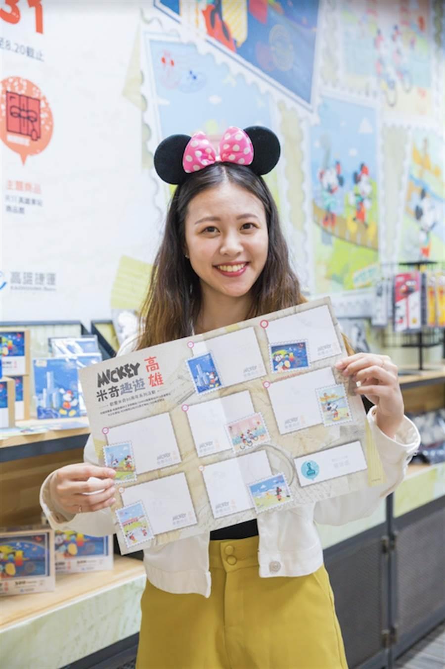 在R11高雄車站商品館購買任一款米奇系列商品,就可獲得1張「米奇趣遊高雄」集章DM。(台灣華特迪士尼提供)