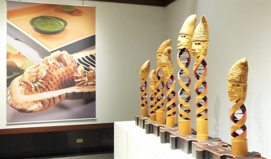吳明錩用DNA的意象創作竹雕作品《生命密碼》。(陳世宗翻攝)