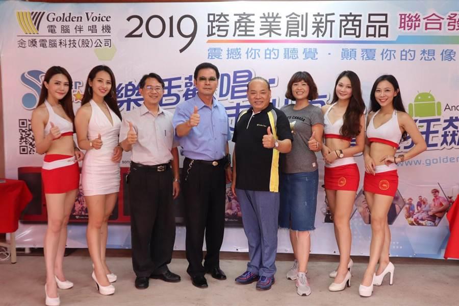 前台中市政府民政局長蔡世寅(右四)重返商界,推出新型行動式伴唱機,搶攻市場。(林欣儀攝)