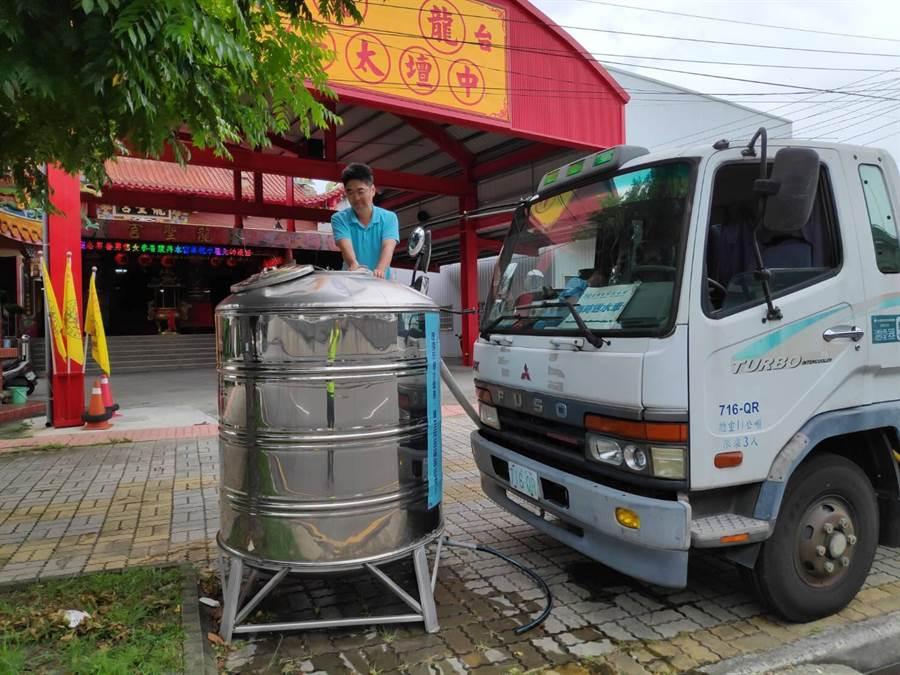 自來水公司於各區設有臨時供水站,民眾如有需要可前往取水。(陳世宗翻攝)