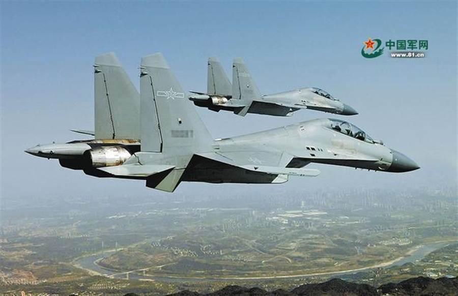 殲16有「炸彈卡車」之稱,機載武器數量多且強。新版殲-11D號稱可以向殲-16的火力看齊。(圖/中國軍網)
