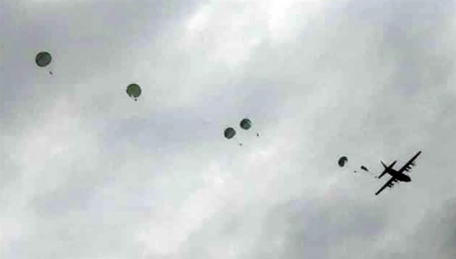 潘姓目擊者發現,2傘跳出的距離就相當近,不到1分鐘後就發生疊傘墜落意外。(林和生翻攝)