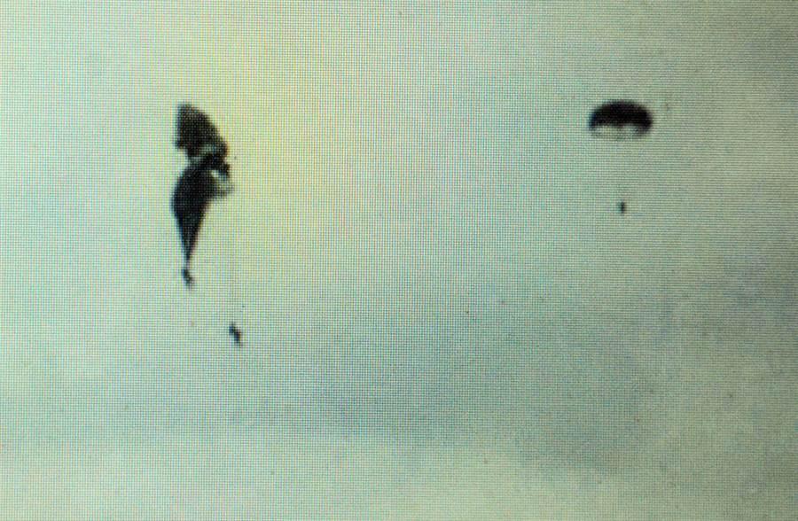 潘姓目擊者拍下疊傘墜落意外,且不時聽見塔台喊出張開副傘。(林和生翻攝)