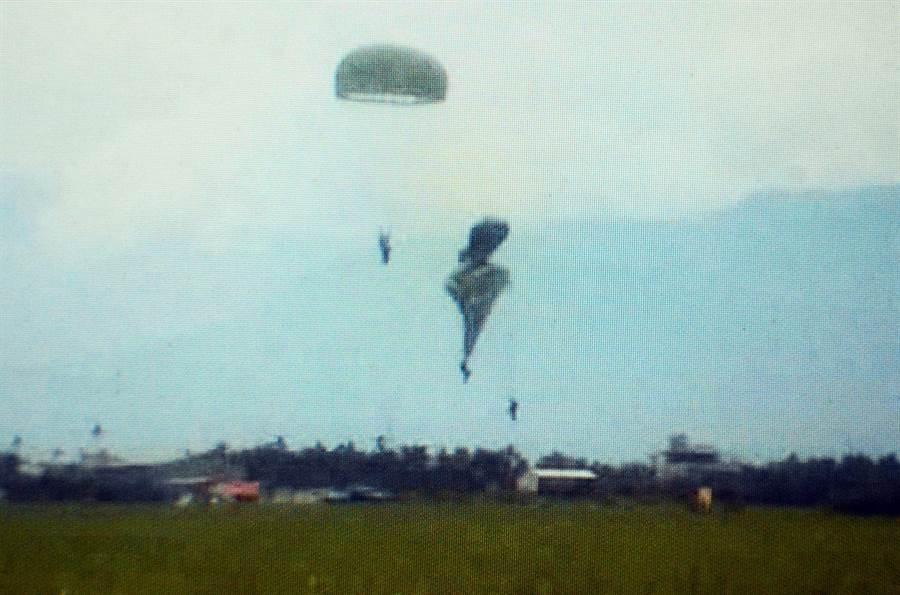 空降訓練中心進行跳傘訓練,卻發生2傘具重疊事故,潘姓民眾全程目擊意外。(林和生翻攝)