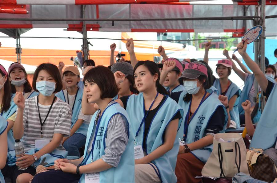 桃園市空服員職業工會在南崁長榮航空航運大樓門口靜坐抗議。(賴佑維攝)