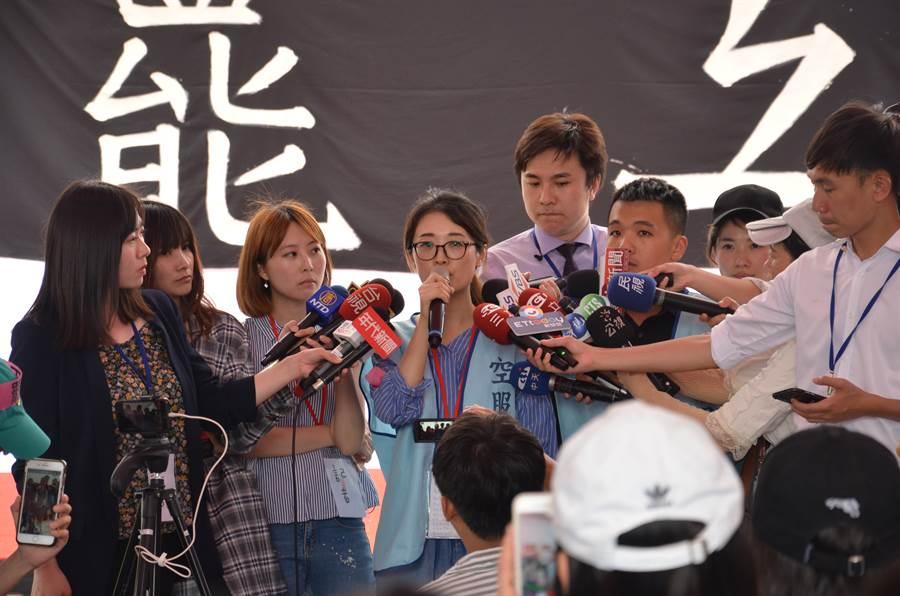 圖為桃園市空服員職業工會理事廖以勤(中)25日時,說明如何取為罷工三寶。(資料照 賴佑維攝)