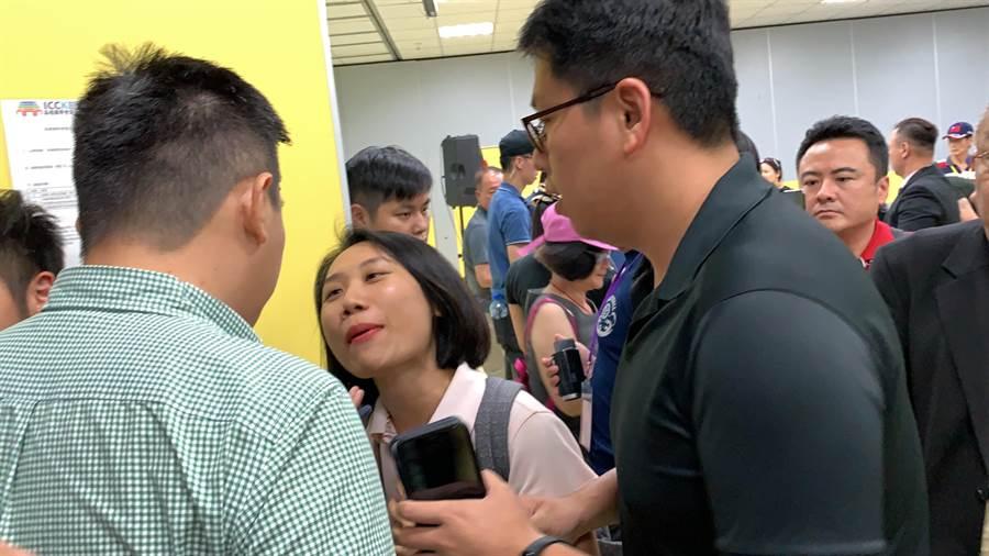 中天王姓記者不滿郭董團隊女公關推擠阻擋提問,雙方互嗆。(柯宗緯攝)