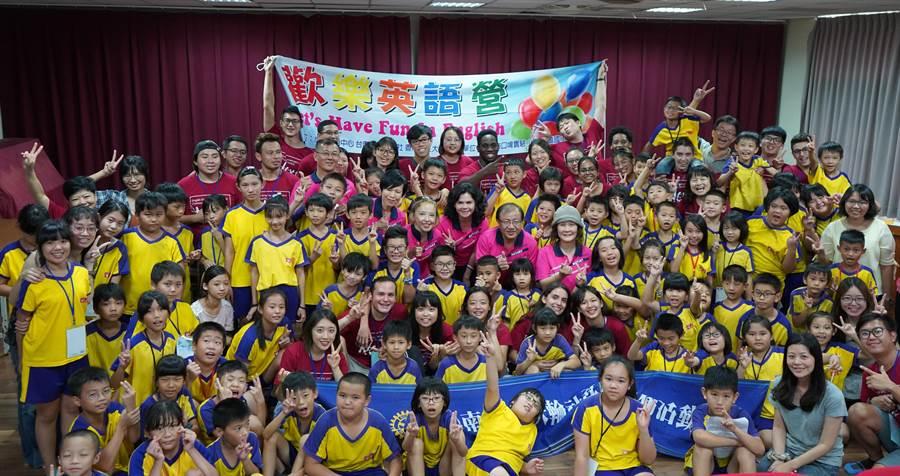 來自台南成功大學的29名大學生,24、25連續兩日於南化國小舉辦英語營。(南化國小提供)
