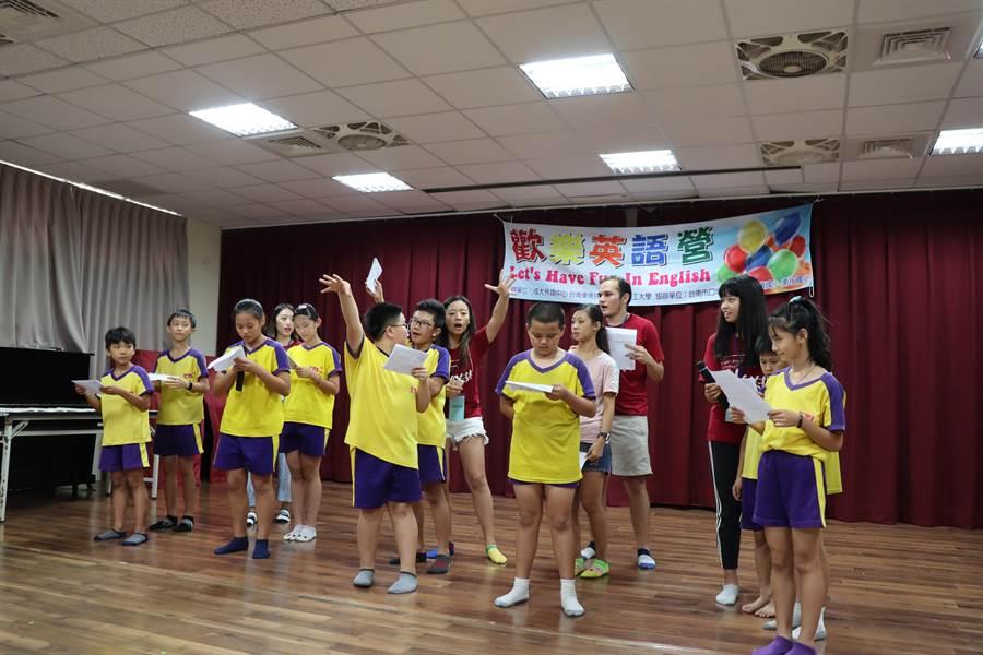 南化國小24、25日舉辦歡樂英語營,學生以趣味讀劇表演展現成果。(劉秀芬攝)