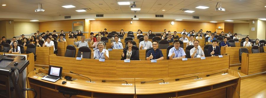 科技部產學及園區業務司副司長涂君怡(前排右五)和與會講師共同合影。圖/簡立宗