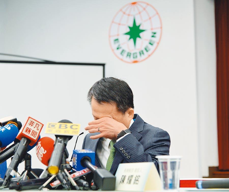 長榮航空總經理孫嘉明提到辛苦支援的同仁,一度落淚說:「我真的不知道怎麼感謝。」(賴佑維攝)