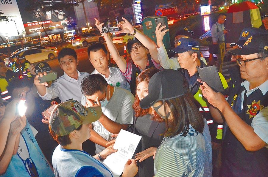 劉姓空服員(戴帽者)24日晚間8時想取回「三寶」,但工會表示需要作業時間,無法立即提供。(賴佑維攝)
