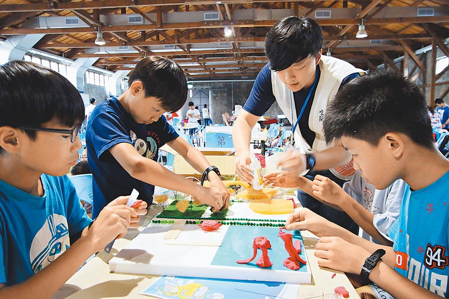 宜蘭縣文化局在童玩節開幕周舉辦「好玩藝創作營」,圖為學童參與文化局舉辦的工作坊照片。(宜蘭縣文化局提供)