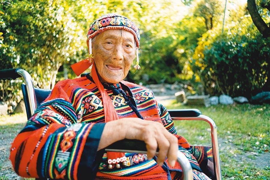 泰雅族文面耆老柯菊蘭近年因年邁,健康狀況亮起紅燈,目前由外孫照顧。(苗栗縣政府提供)