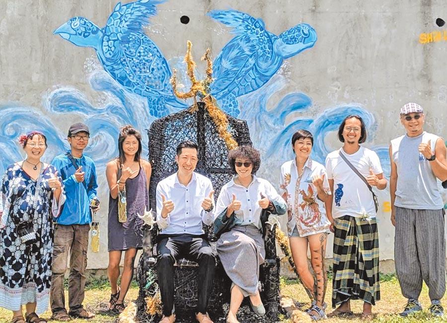 澎湖海洋活化新創意,廢棄漁網裝置藝術品「海神波賽頓王座」很吸睛。(陳可文攝)