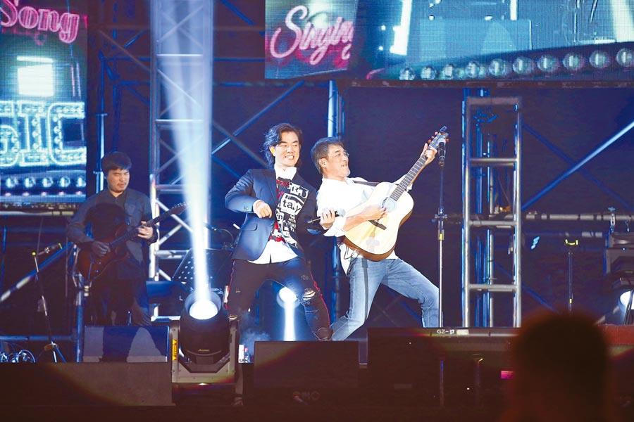 李宗盛(右)日前在哈爾濱開唱,任賢齊站台助陣。