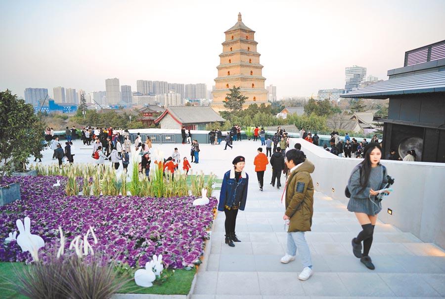 遊客在西安大雁塔商圈一家商業綜合體的觀景平台上遊玩。(新華社資料照片)