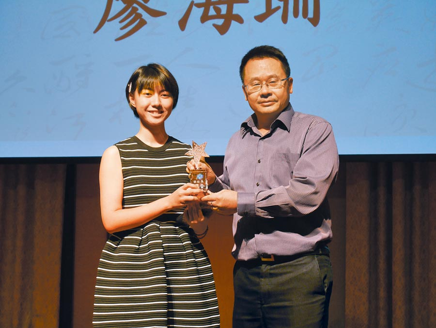 世新大學陸生廖海珊(左)獲得第九屆兩岸徵文獎大陸組首獎,由旺旺中時媒體集團副總裁王綽中(右)頒獎給她。(記者陳君碩攝)