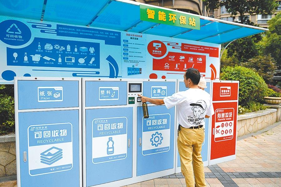 浙江湖州居民將垃圾分類。(新華社資料照片)