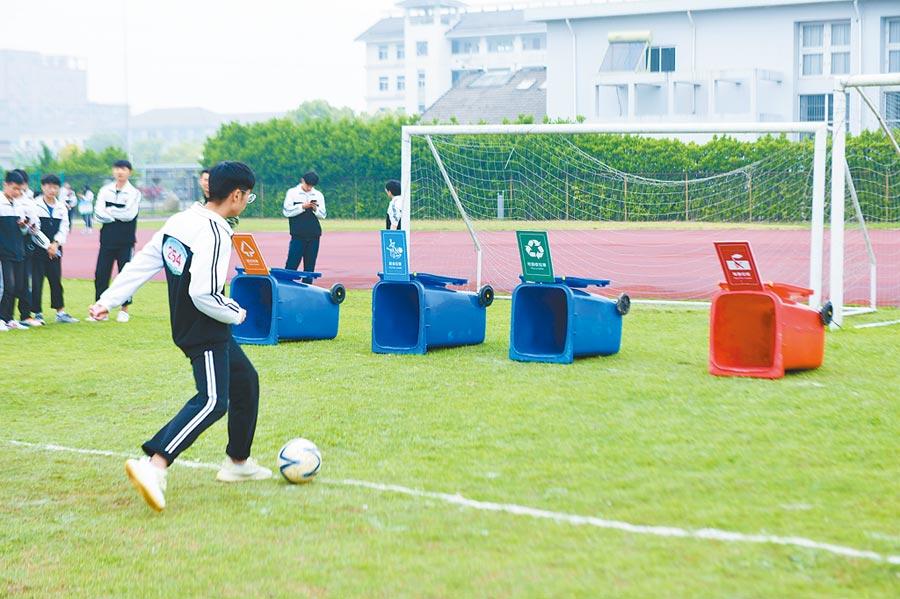 4月28日,浙江慈溪市舉行「垃圾分類」主題趣味運動會。(新華社)