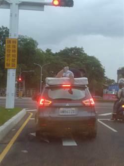 三寶多一寶 大學生搬家趴車頂防床墊掉落