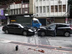 講不聽 駕駛低頭撿手機逆向撞來車