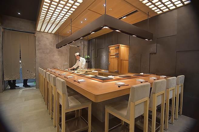 〈初魚料亭〉信義新光A9店有兩個壽司檯,可同時接待約20人在板前享受超值的無菜單料理。(圖/姚舜)