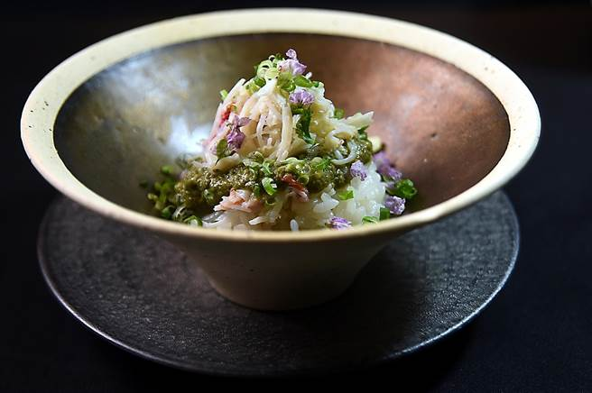 〈紹興釜燒松葉蟹〉的釜飯上滿滿都是纖維細緻鮮甜的松葉蟹肉,廚師並用蟹膏、紹興酒、蔥花和紫蘇花碎提味。(圖/姚舜)