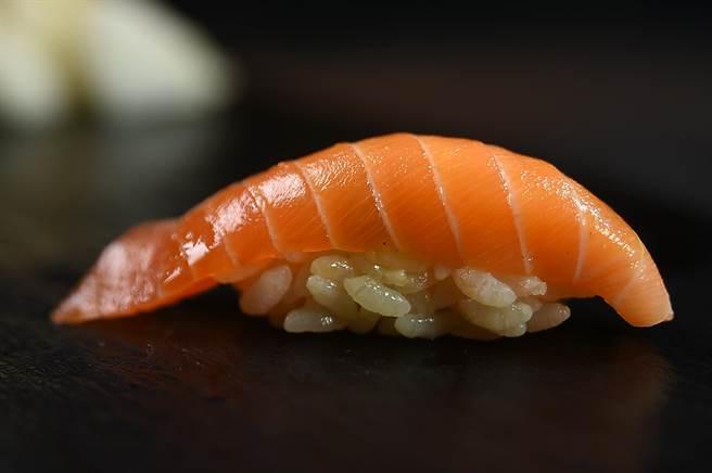 肉質柔潤、油脂豐富的櫻鱒,是日本原產的一種鮭魚,這個季節在信義新光A9館〈初魚料亭〉可以嘗到用北海道落石港櫻鱒作的握壽司。(圖/姚舜)