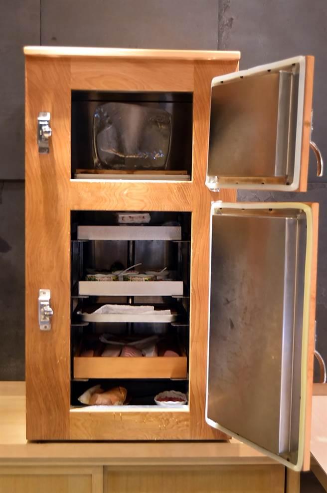 在新光A9館的〈初魚料亭〉,壽司檯後方都放著一個用檜木手工打造的「熟成箱」,此木箱不插電,而是在最上層放置冰塊確保食材的溫度與鮮度。(圖/姚舜)