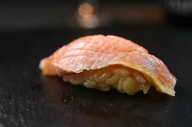 〈初魚料亭〉信義A9店握壽司的醋飯,用了2種醋調味,風味較強烈明顯。(圖/姚舜)