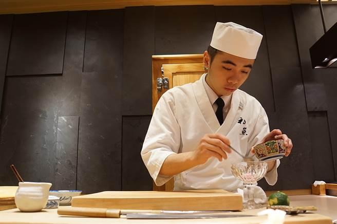 〈初魚料亭〉信義A9店主廚龔恆毅,曾在台北市雙城街的〈明壽司〉歷練,擅長作高檔的握壽司。(圖/姚舜)
