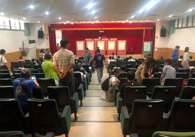 雲林縣教育處26日進行教師介聘,幾經協調終於使14名申請超額與優先介聘的老師順利轉校,53人留任原校。(周麗蘭攝)