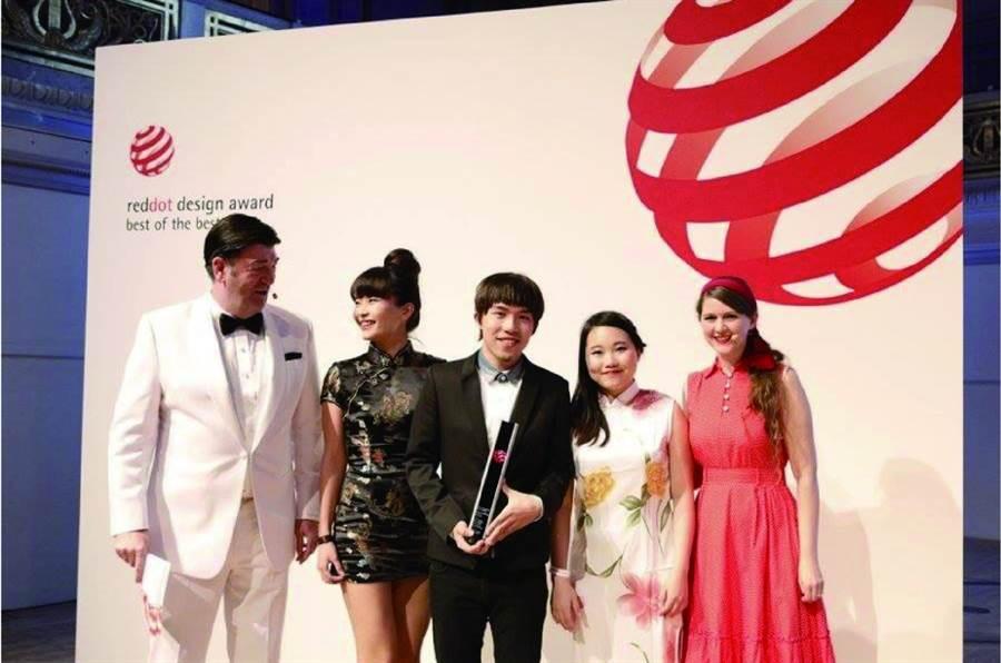 曾替南投集集的水果加工業者設計產品外觀,陳凱薫(左二)和她的團隊獲得德國紅點、日本優良設計獎。(陳凱薫提供)