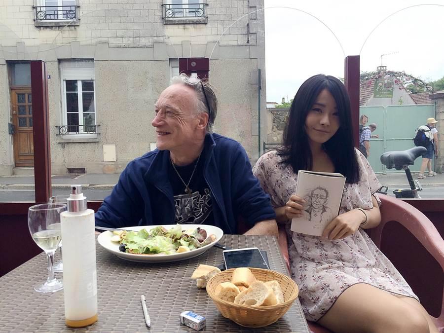 在旅行的途中,陳凱薫信手捻來、幫一名法國老先生繪製素描。(陳凱薰提供)