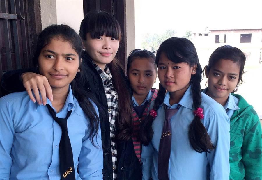 熱愛分享文化,陳凱薫曾在尼泊爾教當地孩子寫書法。(陳凱薫提供)