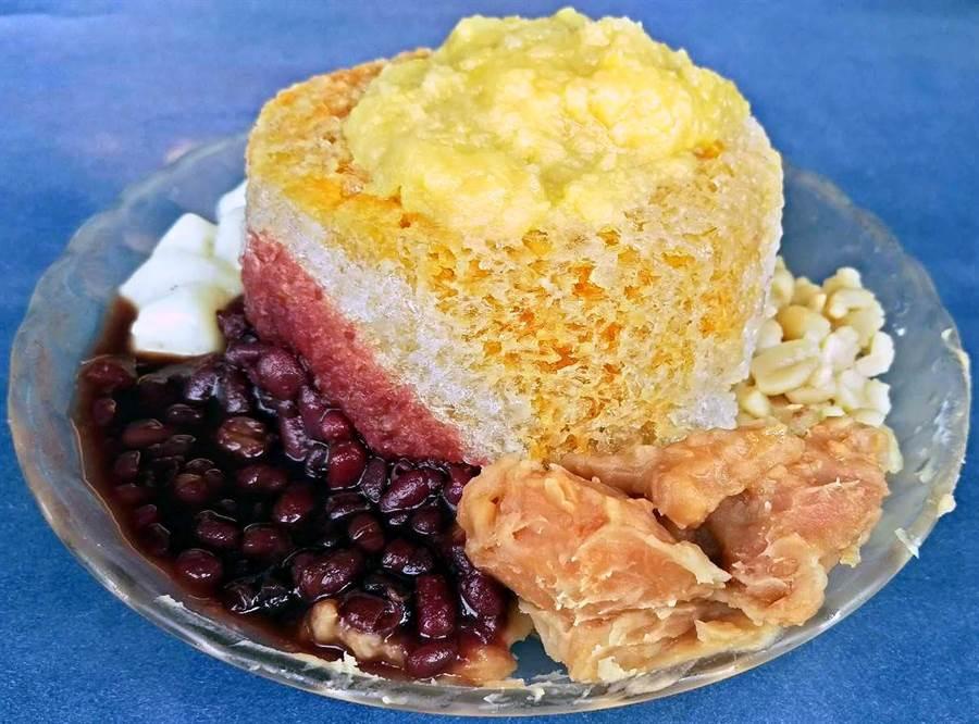 「阿基伯冰店」最熱賣燒冷冰,剉冰是緊實的圓柱體冰磚,這樣冰融化比較慢,可讓顧客更悠閒吃冰。(潘建志攝)