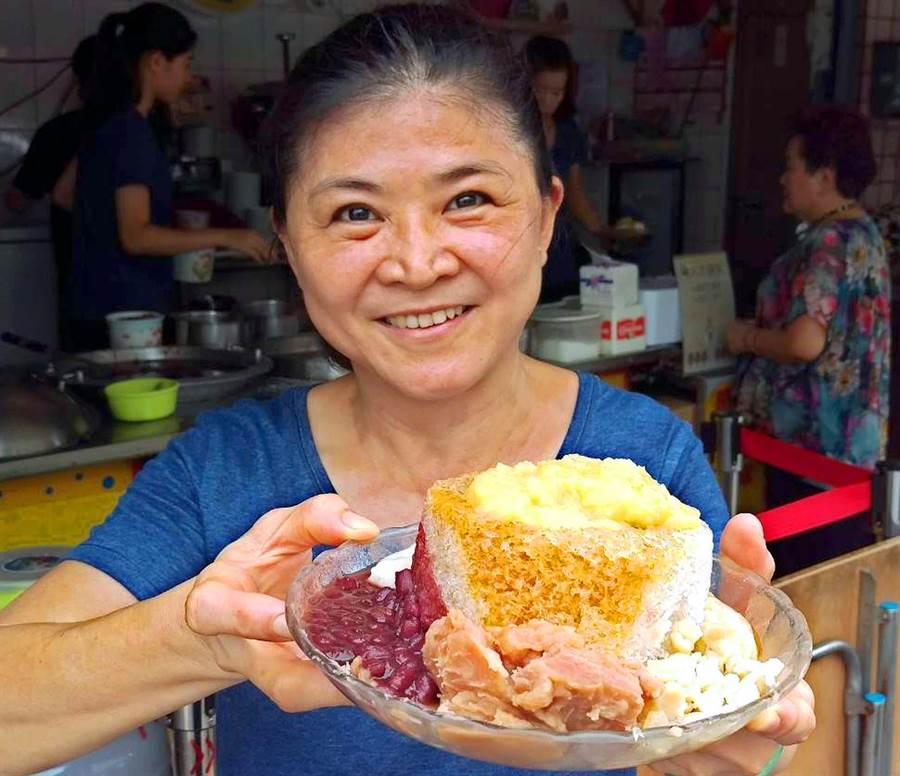 「阿基伯冰店」燒冷冰,滿滿配料搭配一大碗,被網友稱讚為超高CP值。(潘建志攝)