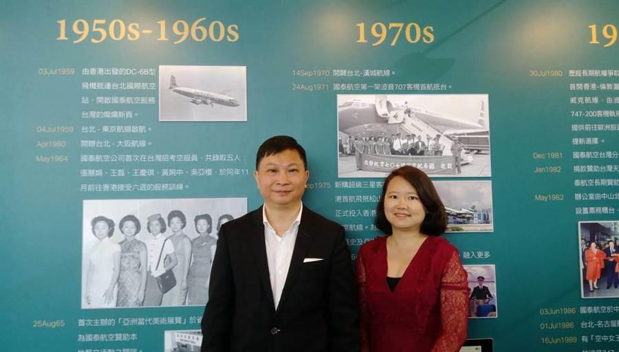 國泰航空商務總裁盧家培(左)與台灣公司總經理李載欣(右)在公司台港線歷史壁報前合影。圖:張佩芬