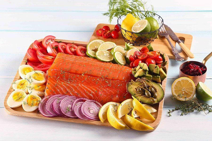 古法香草油漬挪威鮭佐洛神花醬。(圖取自活動官網)