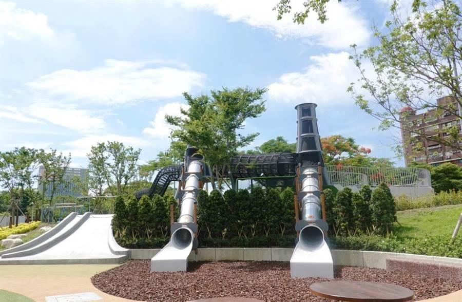 華山大草原遊戲場-煙囪遊戲塔,造型發想自華山酒廠的大煙囪,融和於山坡地景綠樹之中。(圖取自台北市公園處官網)