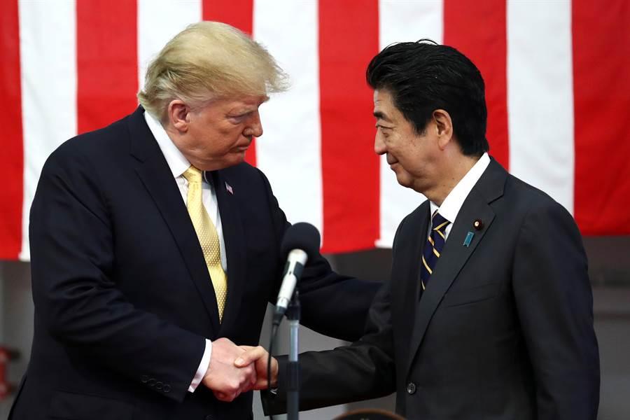 日本政府向白宮查證有關川普想退出美日安保條約一事,白宮完全否認。圖為美國總統川普與日首相安倍晉三。(圖/路透)