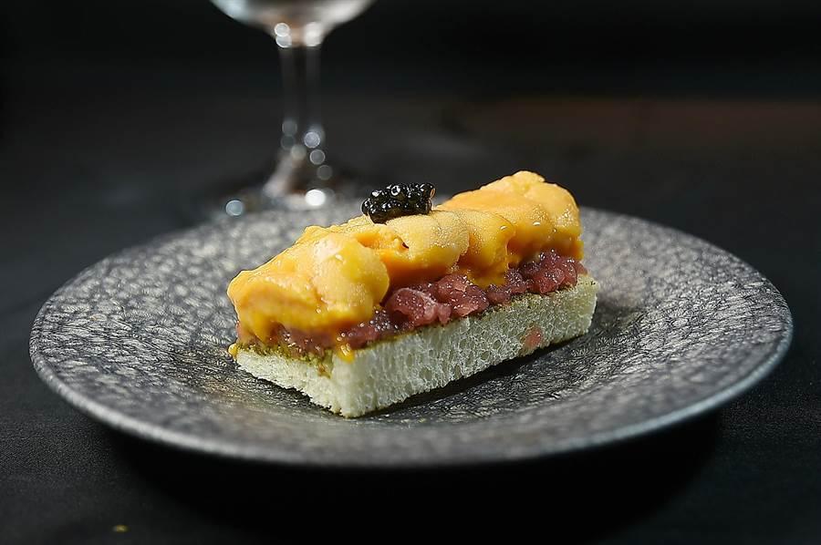 〈初魚料亭〉的〈海膽土司〉,是以炭火將土司微烤到表面酥香後,塗上肝醬,再依序舖上鮪魚肉泥、海膽和魚子醬,形色澎湃、誘人食慾。(圖/姚舜)