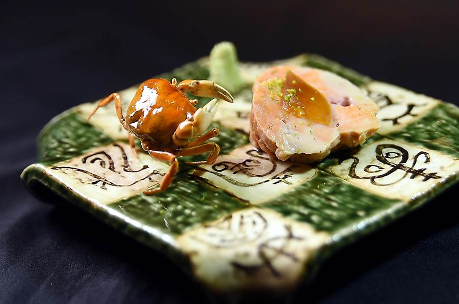 〈初魚料亭〉的母集團在日本設有公司,透過產地直接採直送,除能掌握當令新鮮食材,並常能找到一些特殊品,圖中的鮟鱇魚肝(右)就搭配了酥炸的宮崎澤蟹(左)。(圖/姚舜)